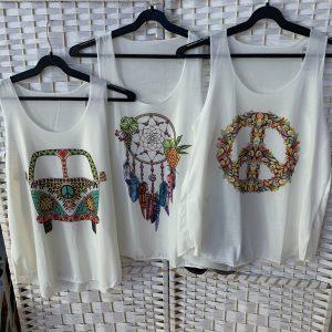 tres camisetas blancas de tirantes con logos hippies
